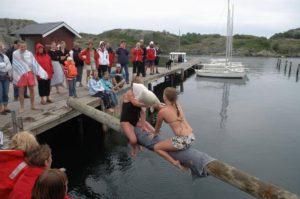 Kuddkrig på påle över vattnet